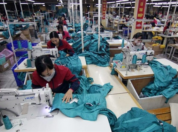 Workers inside the Nam Dinh Textile Garment Joint Stock Company in Nam Dinh city (Photo: VNA)
