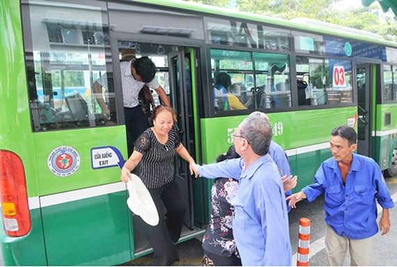 A passenger gets off a bus of May 19 Transport Corporative in HCMC (Photo: SGGP)