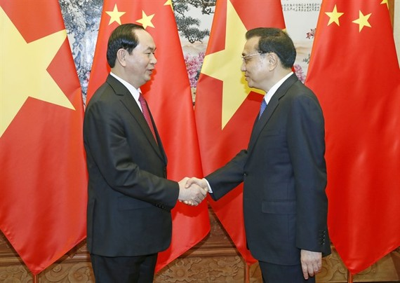 President Tran Dai Quang (left) yesterday met with Chinese Premier Li Keqiang in Beijing during his State visit to China. (Photo: VNA/VNS)