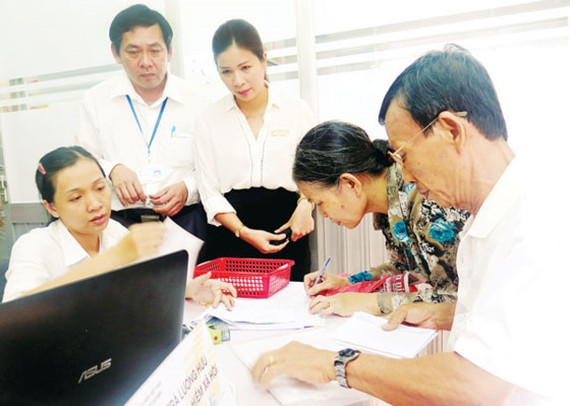 People receive pension and social insurance allowance (Photo: SGGP)