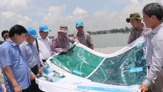 Deputy Prime Minister Trinh Dinh Dung surveys landslide along the Hau River in My Hoi Dong commune, An Giang Province on May 15  (Photo: SGGP)