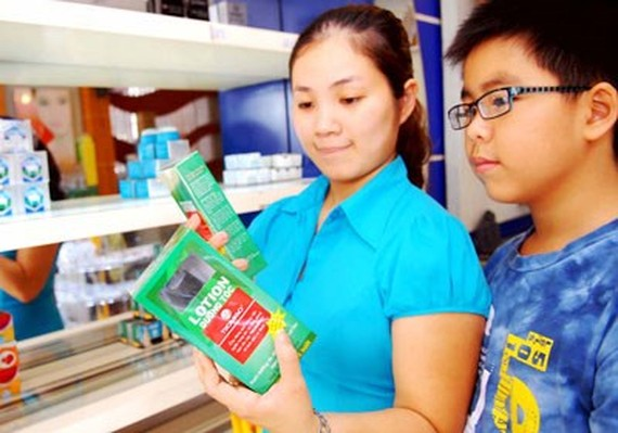 A customer choose cosmetics at a shop in Cach Mang Thang Tam street, HCMC (Photo: SGGP)