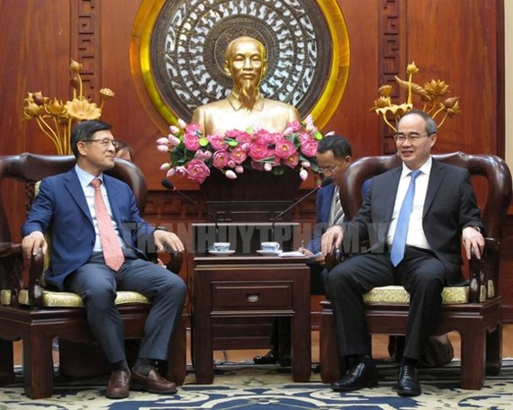 Secretary of the HCMC Party Committee Nguyen Thien Nhan (R) receives director general of Samsung Vietnam Complex Shim Won Hwan on June 29 (Photo: hcmpv.gov.vn)
