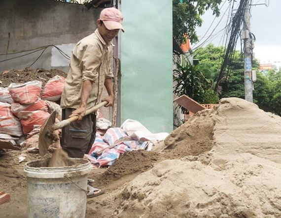 Sand price has highly increased raising difficulties for construction firms and residents in HCMC (Photo: SGGP)