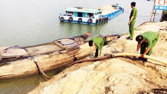 Police force spots an illegal sand exploitation case in the Dong Nai river (Photo: SGGP)