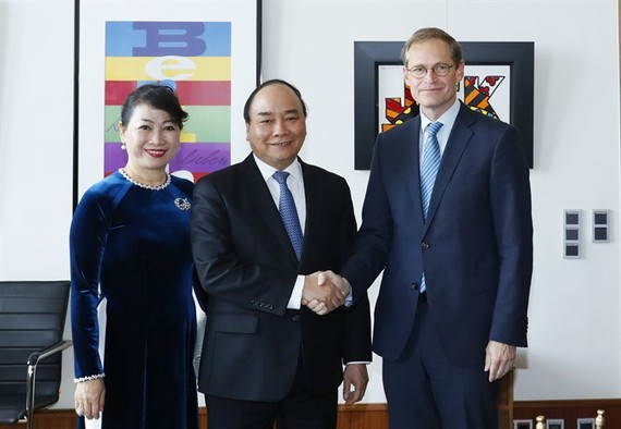 Prime Minister Nguyen Xuan Phuc (centre) and his wife meet Berlin's Mayor Michael Muller in Berlin on Thursday. (Photo: VNA/VNS)