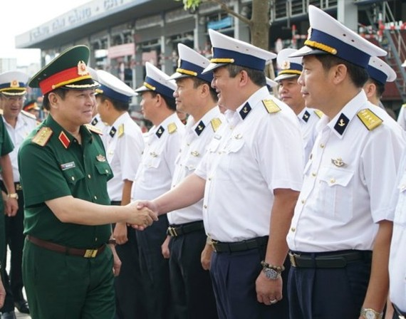General Ngo Xuan Lich visits officials and soldiers at Saigon Newport Corporation (Photo: SGGP)