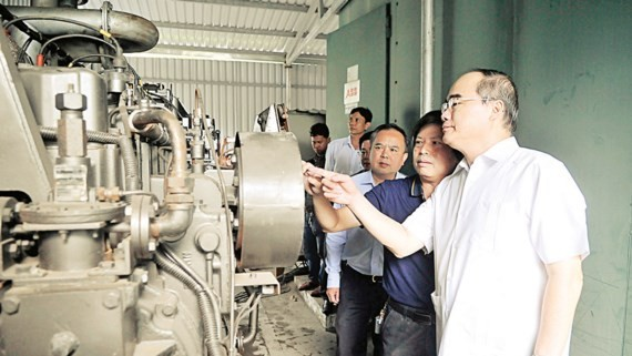 Secretary of the HCMC Party Committee Nguyen Thien Nhan sees a generator using Go Cat landfill gas (Photo: SGGP)