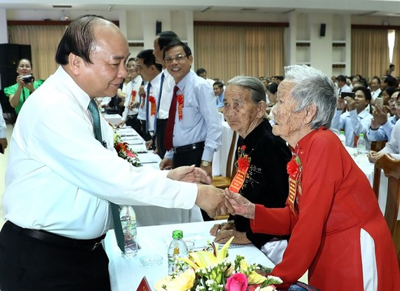 Prime Minister Nguyen Xuan Phuc greets a Heroic Mother in Quảng Nam Province. (Photo: VNA/VNS