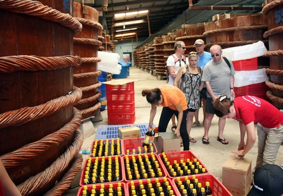Foreigners visit a fish source production facility in An Thoi Town, Phu Quoc Island. (Photo: VNA/VNS)