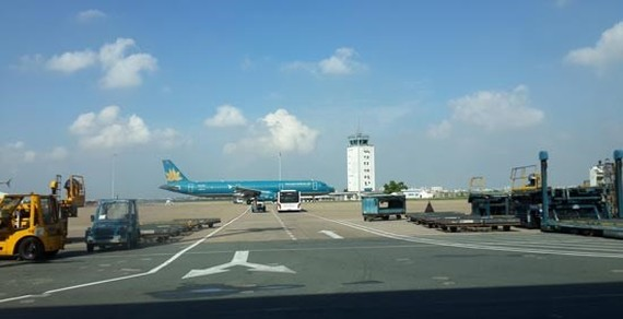 Ministry of Transport leaders require to hire international consultants to broaden Tan Son Nhat Airport (Photo: SGGP)