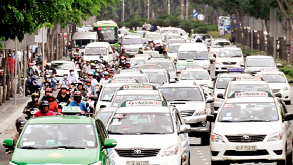 Vehicles queue up in areas leading to Tan Son Nhat Airport (Photo: SGGP)