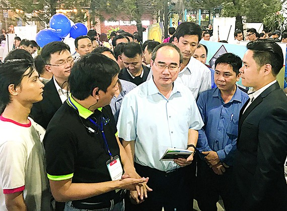 Mr. Nguyen Thien Nhan, secretary of the HCMC Party Committee, visits Saigon Innovation Hub on September 8 (Photo: SGGP)