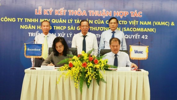 Sacombank and VAMC representatives sign the cooperation agreement