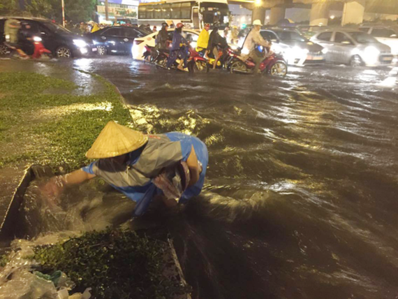 A heavy rain inundates Pham Van Dong street on September 30 (Photo: SGGP)