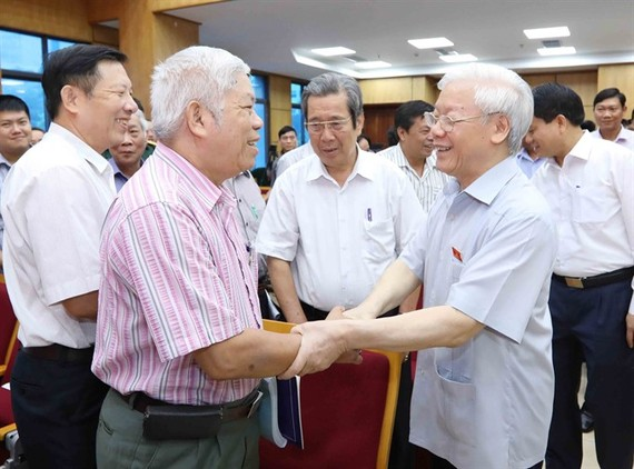 """Party General Secretary Nguyen Phu Trong (right) meeting yesterday with voters in Hanoi, affirmed the Party and State's resolve to conduct a """"no-holds-barred"""" crackdown on corruption and negative phenomena. (Photo: VNA/VNS)"""