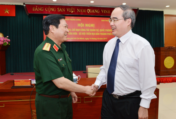 Minister of Defense General Ngo Xuan Lich and HCMC Party Committee secretary Nguyen Thien Nhan chaired the conference on October 14 (Photo: SGGP)