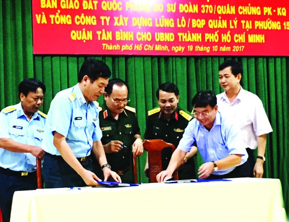 Representatives of the Defense Ministry and HCMC sign the land handover agreement for Truong Chinh street expansion to reduce traffic jam for Tan Son Nhat Airport (Photo: SGGP)