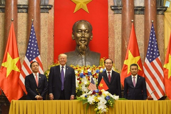 The signing ceremony took place in the presence of President of Việt Nam Tran Dai Quang and President of the US Donald Trump, within the framework of the US President's official state visit to Vietnam. (Photo: VNA)