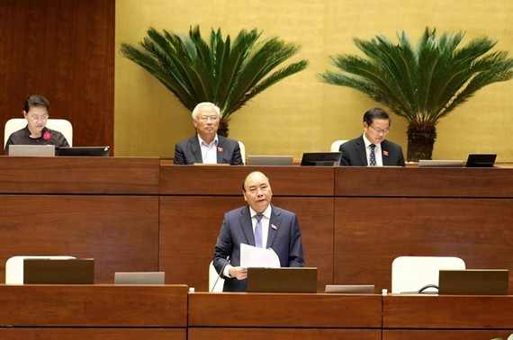 Prime Minister Nguyen Xuan Phuc (standing) responds to questions from National Assembly deputies on Saturday, November 18, the last day of a three-day hearing of cabinet members. (Photo: VNA/VNS)