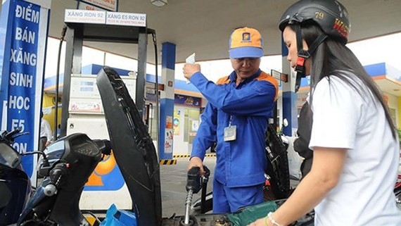 Petrol price continued increasing by VND434 a liter from 3 p.m. on November 20 (Photo: SGGP)