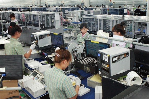 Workers assemble electronics products at a Samsung Electronics factory in Thai Nguyen City, Thai Nguyen Province. (Photo: VNA/VNS)