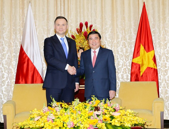 Chairman of the Ho Chi Minh City People's Committee Nguyen Thanh Phong (R) welcomed Polish President Adrej Duda (Photo: SGGP)