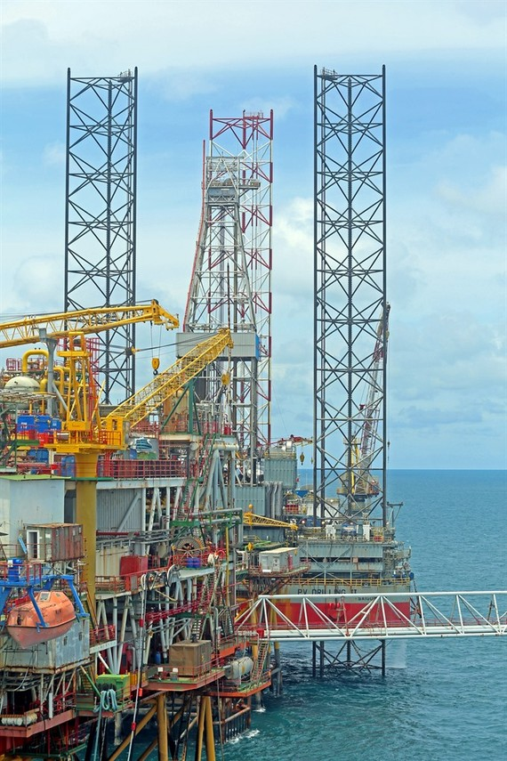 Oil drilling platforms of PetroVietnam Drilling and Well Service Corporation in Vietnamese territorial waters. In the 11 months to date, industrial production increased, according to figures announced at a cabinet meeting in Hanoi on Friday. (Photo: VNA/V