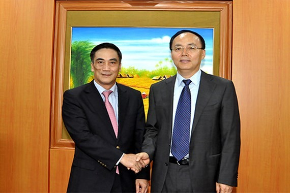 Deputy Minister of Finance Tran Xuan Ha (L) receives Mr. Wu Lijiun, chairman of Shenzhen Stock Exchange (SZSE)