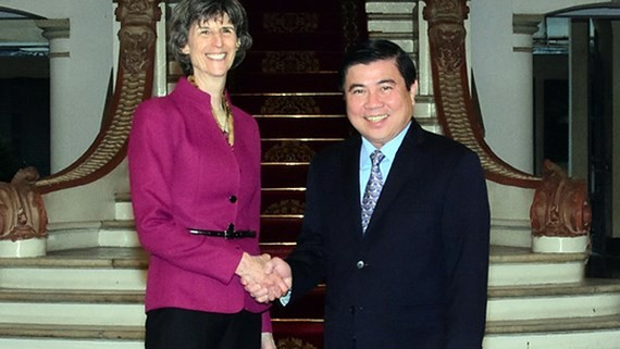 Chairman of HCMC People's Committee Nguyen Thanh Phong receives Ms. Laura Tuck, vice chairwoman of the World Bank in HCMC on December 9 (Photo: VNA)