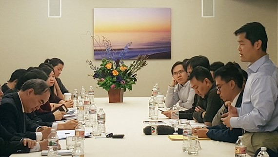 HCMC Party Leader Nguyen Thien Nhan meets Vietnamese young intellectuals in San Francisco, the US on December 11 (Photo: SGGP)