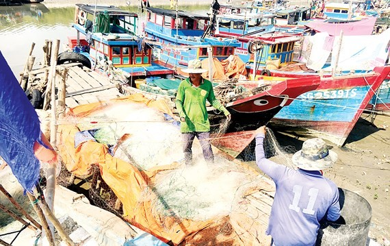 Fishermen pack up fishing net to avoid Typhoon Tembin (Photo: SGGP)