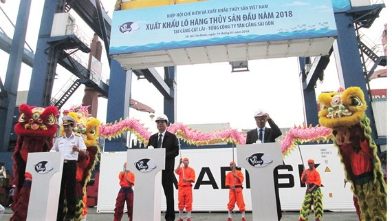 Minister of Agriculture and Rural Development Nguyen Xuan Cuong and delegates press the button to export the first seafood consignments in 2018 on January 14  (Photo: SGGP)