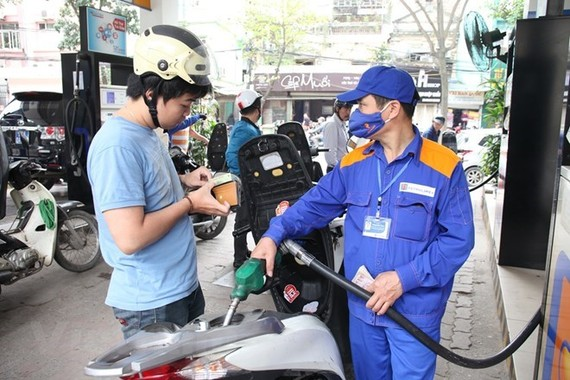 The price of RON 95 petrol declined by 400 VND per liter from 15:00 on February 21 as decided by the Ministry of Industry and Trade and the Ministry of Finance (Illustrative photo: VNA)