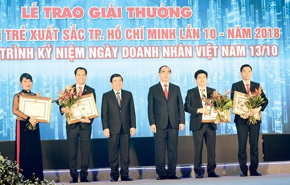 HCMC Party Chief Nguyen Thien Nhan and chairman of City People's Committee Nguyen Thanh Phong at the awarding ceremony of excellent young entrepreneurs at a ceremony in HCMC on October 10 (Photo: SGGP)