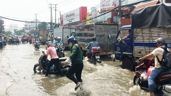 Nguyen Xi street is flooded after a heavy rain in Binh Thanh district, HCMC (Illustrative photo: SGGP)