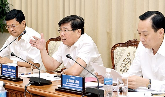 chairman of HCMC People's Committee Nguyen Thanh Phong makes a statement at the meeting on November 1 (Photo: SGGP)