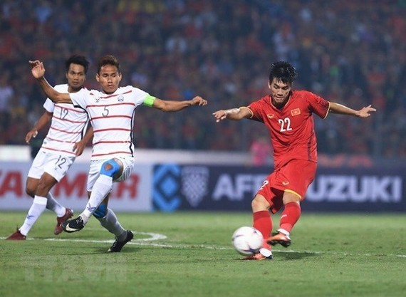 Nguyen Tien Linh (in red) opens the score for Vietnam at the 39th minute (Photo: VNA)