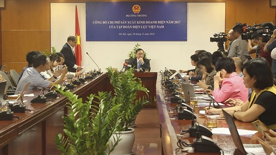 The press conference at the headquarters of the Ministry of Industry and Trade in 2017 to announce EVN expenditure and profit in 2017