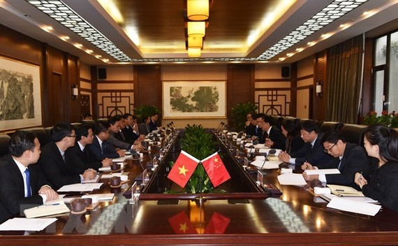 Vietnamese Deputy Minister of Agriculture and Rural Development Tran Thanh Nam holds talks with Deputy Customs Commissioner-General Zhang Jiwen. (Photo: VNA)