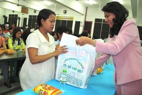 A city leader gives a pregnant worker Tet present