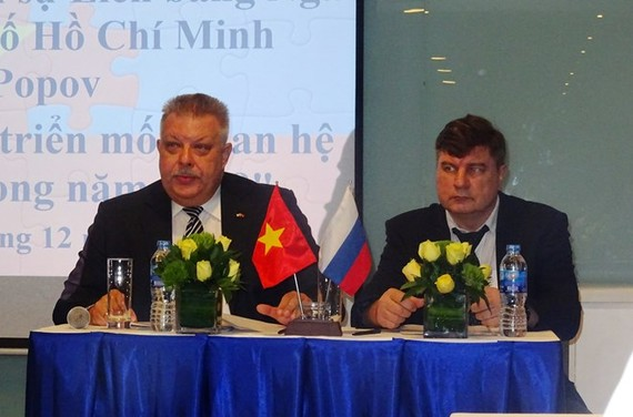 Russian Consul General to Ho Chi Minh City Alexey Popov (L) at the press conference on December 26 (Photo: VNA)