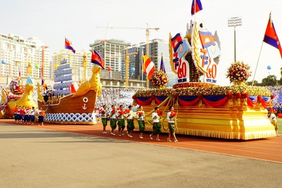 The parade at the ceremony marking 40th anniversary of the victory over the genocidal regime in Phnom Penh on January 7 (Photo: VNA)
