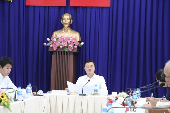 Mr. Bui Xuan Cuong, head of the HCMC Urban Railway Management Board, states at the meeting (Photo: SGGP)