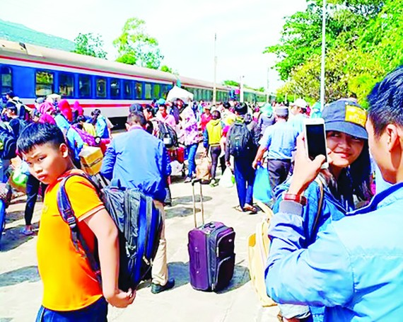 Passengers travel by bus to move across the derailment spot in Binh Thuan province on January 27 (Photo: SGGP)