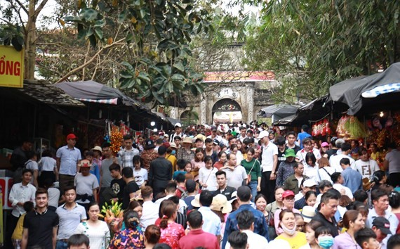 Stream of visitors flock to Huong Pagoda