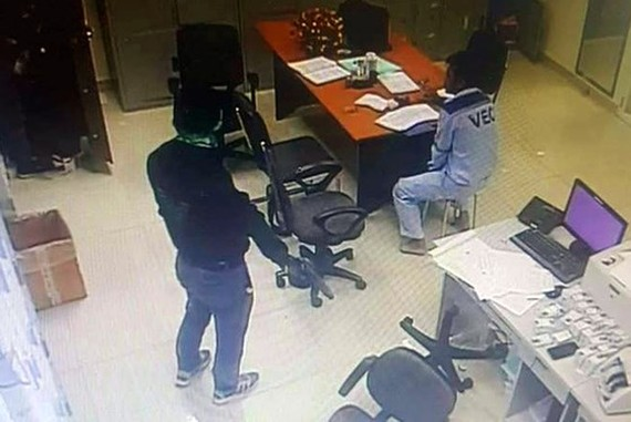 The camera footage in which the two robbers constrain toll collection staff and rob VND2.22 billion on the third day of the lunar new year