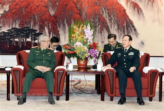 Deputy Minister of National Defence, Sen. Lt. Gen. Nguyen Chi Vinh (L) pays a courtesy visit to Chinese Minister of National Defence, Sen. Lt. Gen. Wei Fenghe (Photo: VNA)