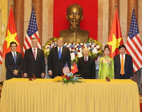 Party General Secretary and President Nguyen Phu Trong (third from right) and President Donald Trump (third from left) witness the signing ceremony of trade deals of Vietjet Air with Boeing and GE Aviation (Photo: Vietjet)