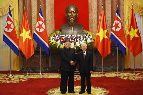 Party General Secretary and President Nguyen Phu Trong (R) welcomes Democratic People's Republic of Korea leader Kim Jong-un (Photo: SGGP)